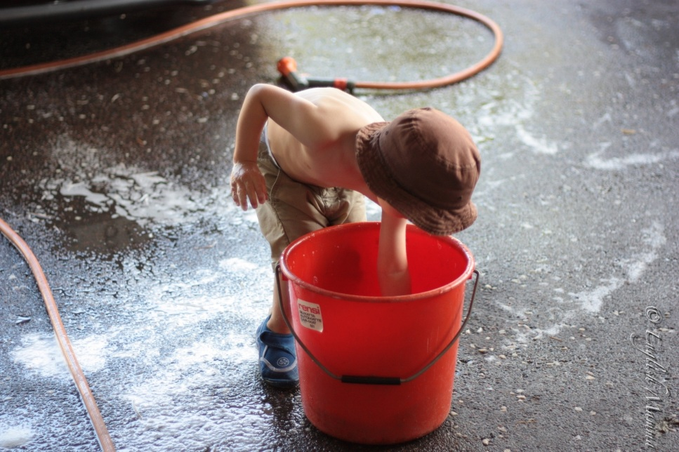 An English Mamma in Stockholm: toddler washing car